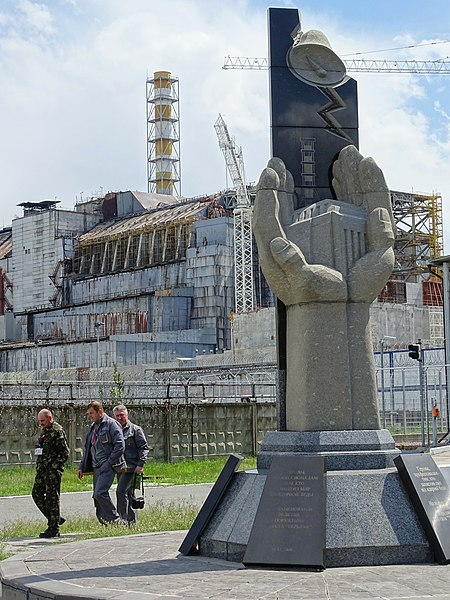 450px-workers_walk_past_chernobyl_reactor_4_and_monument_to_sarcophagus_builders_-_chernobyl_exclusion_zone_-_northern_ukraine_282649584954329